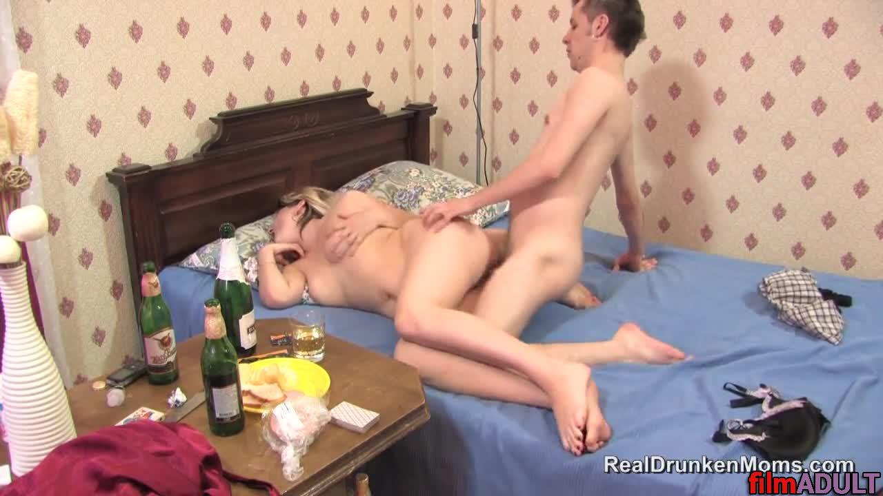 Секс с пьяной мамай