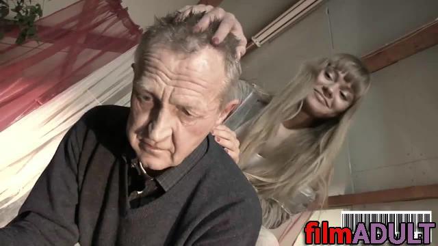 Секс видео дед трахнул внучку и е подругу просто