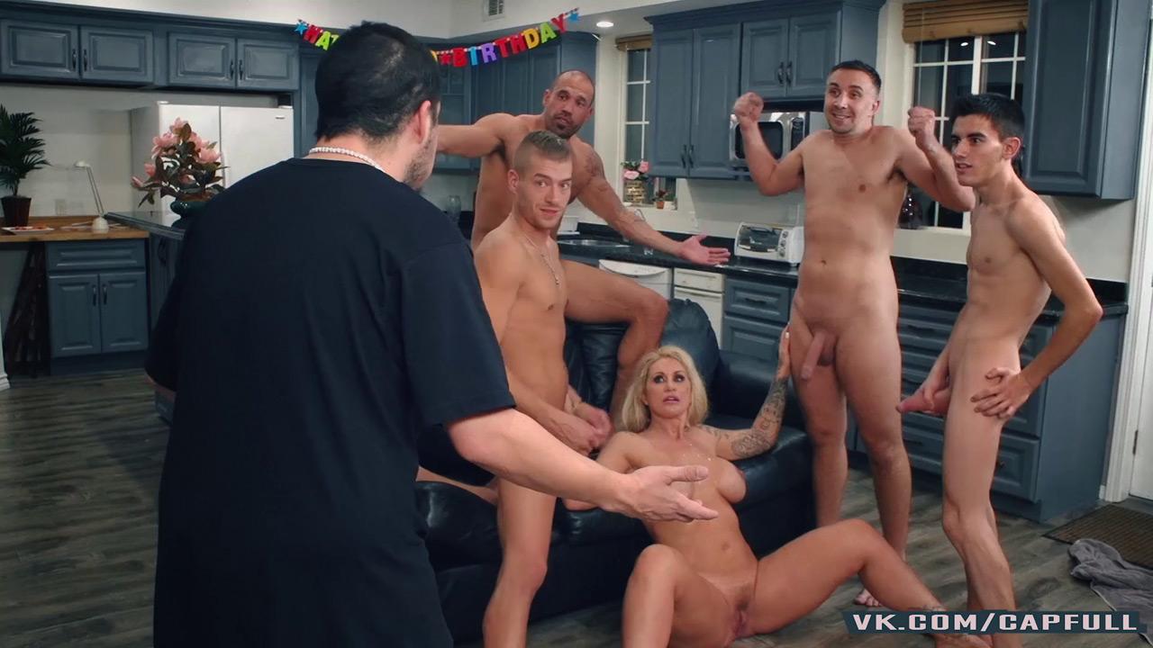 Секс матери с сыном и его друзьями