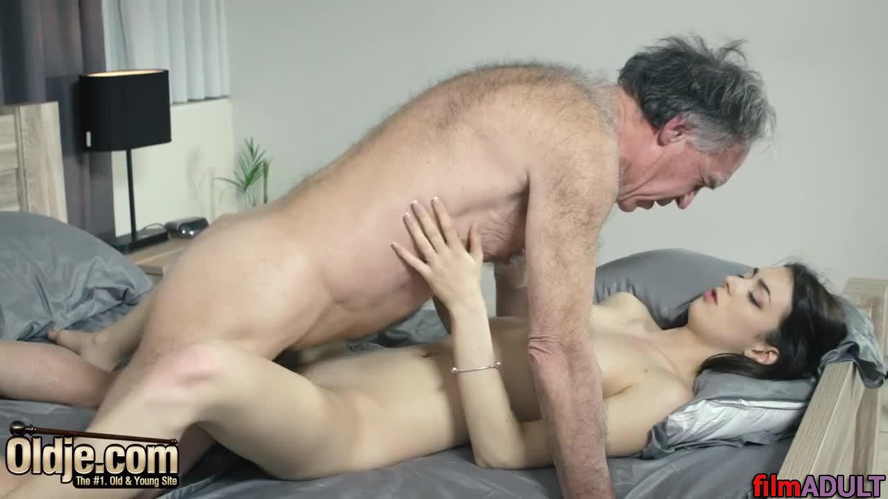 Смотреть порно видео дед учит внучку трахаться