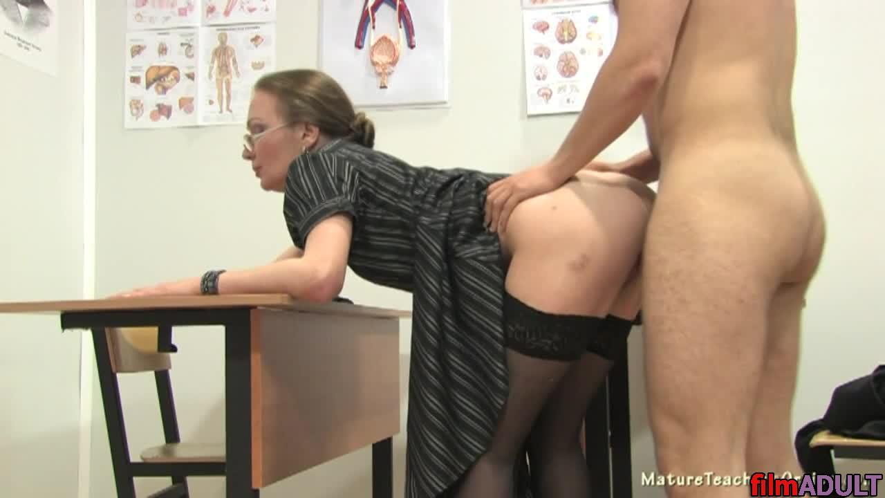 Ученик занимается сексом с молоденькой училкой видео